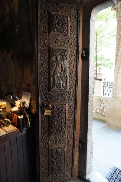 Vyrezávané dvere v kostolíku Stavropoleos v Bukurešti, ktorý je súčasťou kláštora s rovnakým názvom
