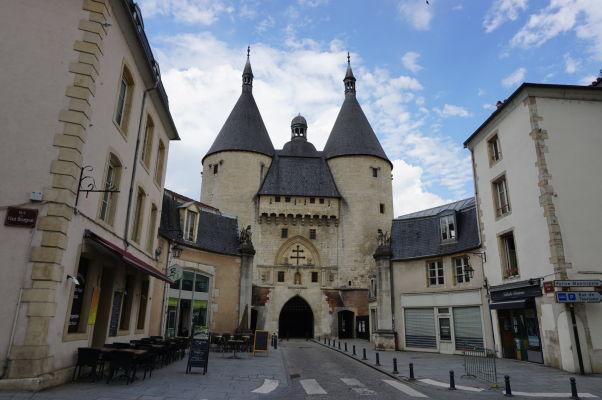 Gotická brána Porte de la Craffe v Nancy - v jej strede Lotrinský kríž