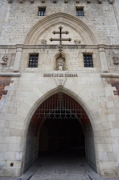 Gotická brána Porte de la Craffe v Nancy - vstup do útrob brány a Lotrinský kríž