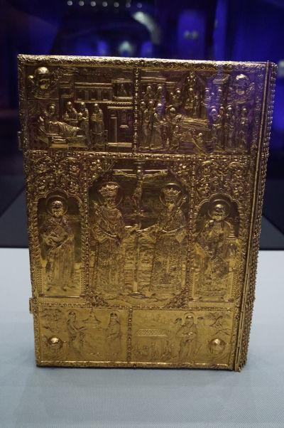 Národné múzeum histórie v Bukurešti disponuje obrovskou zbierkou artefaktov zo zlata a drahých kovov, vrátane tejto krásne zdobenej Biblie