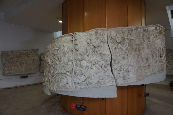 """Asi najväčším """"artefaktom"""" Národného múzea histórie v Bukurešti sú zrejme časti kópie (1:1) Trajánovho stĺpu, ktoré zaberajú jednu celú obrovskú miestnosť"""