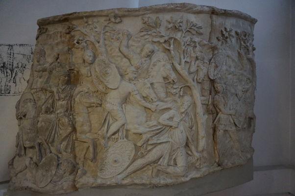 Detail časti výjavu Trajánovho stĺpu v Národnom múzeu histórie v Bukurešti