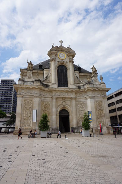 Kostol sv. Sebastiána (Église Saint-Sébastien) oproti mestskej tržnici na Námestí Karla III. (Place Charles III) v Nancy