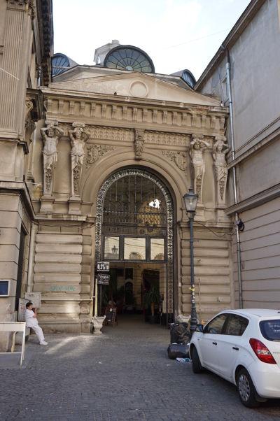 Vchod do pasáže Macca-Vilacrosse v Bukurešti je zdobený sochami v štýle karyatíd