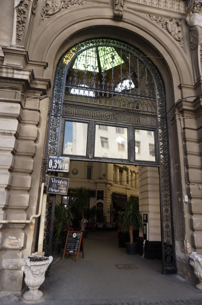 Detail vchodu do pasáže Macca-Vilacrosse v Bukurešti