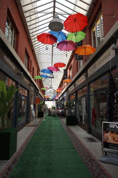 Uličky v okolí mestskej tržnice v Nancy sú plné ďalších stánkov a obchodov