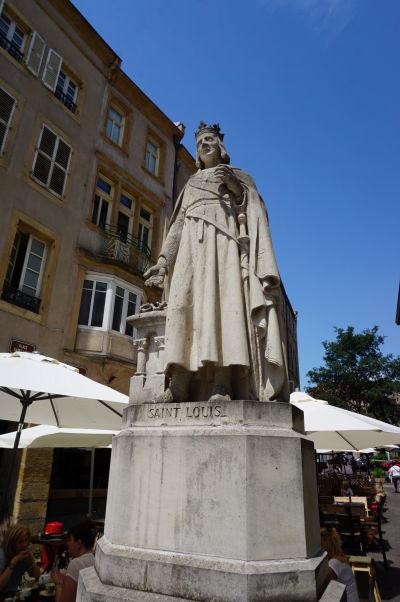 Socha francúzskeho kráľa Ľudovíta IX. na Námestí sv. Ľudovíta (Place Saint-Louis) v Metz