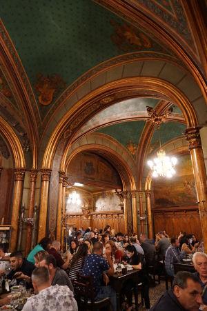 Interiér navychýrenejšej bukurešťskej reštaurácie Caru' cu Bere (Voz s pivom)