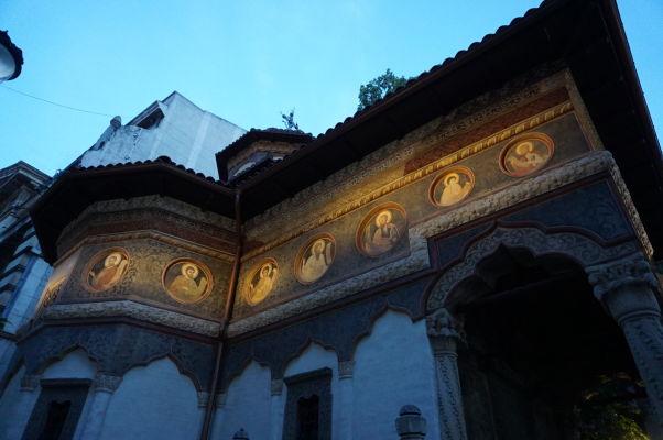 Nočné osvetlenie kostolíka Stavropoleos v Bukurešti, ktorý je súčasťou kláštora s rovnakým názvom