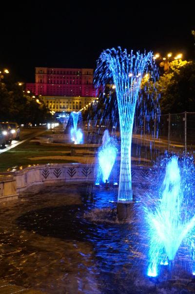 Nočný pohľad na Rumunský parlament (Dom ľudu) v Bukurešti - najťažšiu budovu sveta
