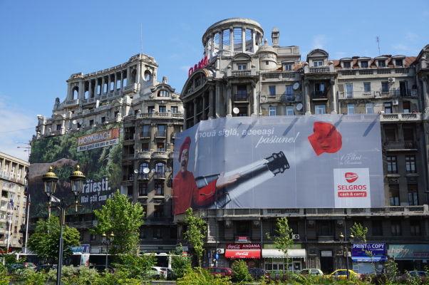 Honosné budovy v okolí Rumunského parlamentu (Dom ľudu) v Bukurešti - aj tie boli súčasťou Ceaușescuovho Projektu Bukurešť