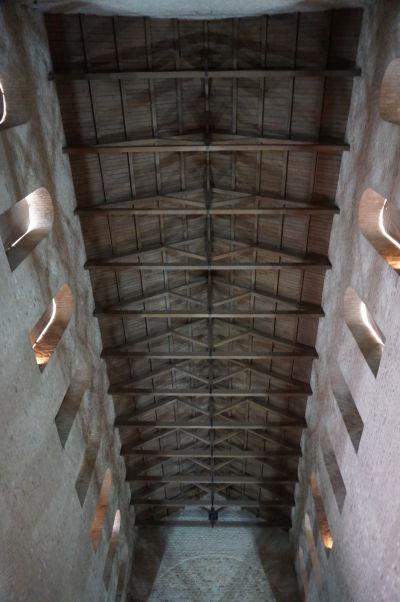 Vysoký strop a románske okná Baziliky Saint-Pierre-aux-Nonnains v Metz zo 4. storočia - najstaršieho kostola v celom Francúzsku