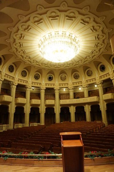 Súčasťou budovy Rumunského parlamentu (Domu ľudu) v Bukurešti je i malé auditórium s pódiom a obrovským krištáľovým lustrom