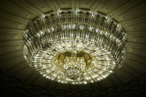 Honostný krištáľový luster v budove Rumunského parlamentu (Domu ľudu) v Bukurešti - v celej budove sa spotrebovalo 3500 ton krištáľu
