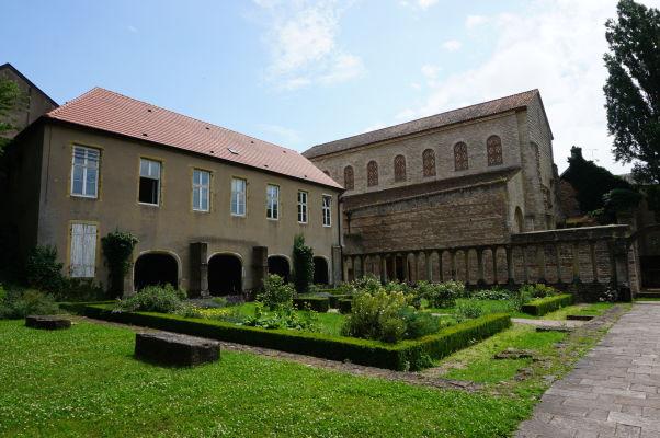 Bazilika Saint-Pierre-aux-Nonnains v Metz zo 4. storočia a jej priľahlá záhrada