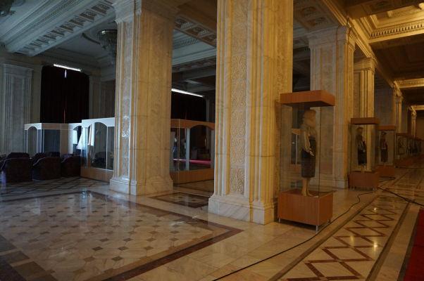Vo vnútri Rumunského parlamentu (Domu ľudu) v Bukurešti nájdeme rôzne exponáty popisujúce rumunskú kultúru a tradície - v tomto prípade ide o tradičné oblečenie
