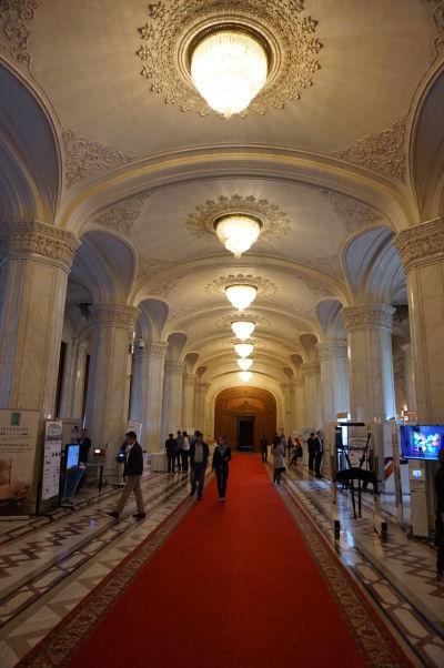 Vstupná hala Rumunského parlamentu (Domu ľudu) v Bukurešti