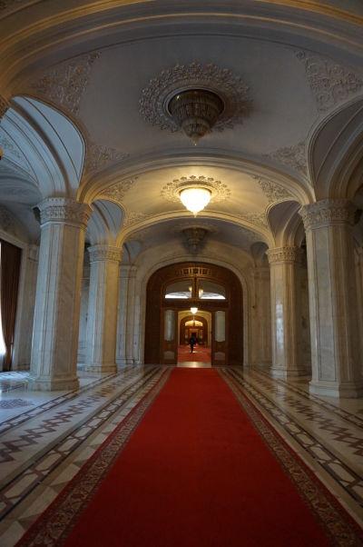 Chodby Rumunského parlamentu (Domu ľudu) v Bukurešti sú opulentné a vykladané drahým mramorom