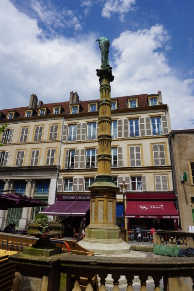Stĺp s Pannou Máriou na Námestí sv. Jakuba (Place Saint-Jacques) v Metz