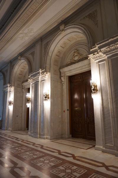Interiéry budovy Rumunského parlamentu (Domu ľudu) v Bukurešti sú plné mramoru a krištáľu