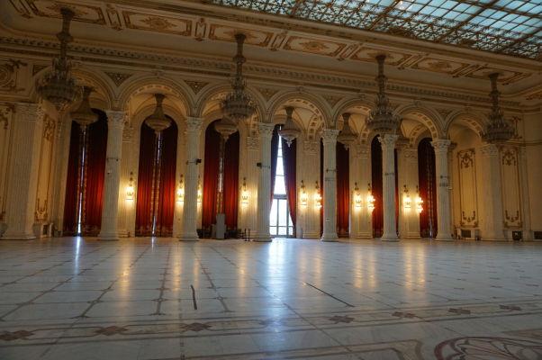 Jedna z najväčších a najhonosnejších siení budovy Rumunského parlamentu (Domu ľudu) v Bukurešti