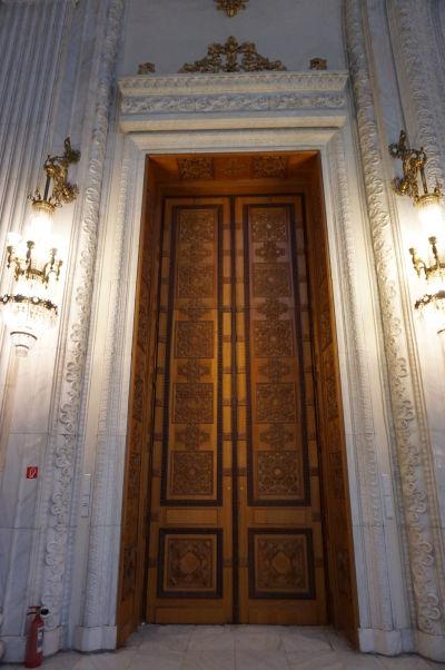 Rumunský parlament v Bukurešti - honosné dvere Siene Nicolae Bălcescuho, ktoré ako jedna z mála jeho súčastí nepochádza z Rumunska - jedná sa o dar zairského diktátora, ktorý bol osobným priateľom Nicolae Ceau