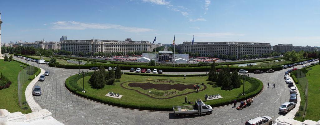 Výhľad z terás Rumunského parlamentu (Domu ľudu) v Bukurešti na jeho okolie a Bulvár Únie