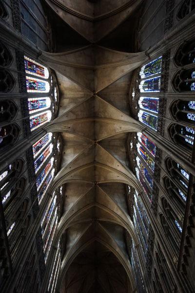 Vysoký strop s krížnou klenbou Katedrály sv. Štefana v Metz (Cathédrale Saint Étienne de Metz)