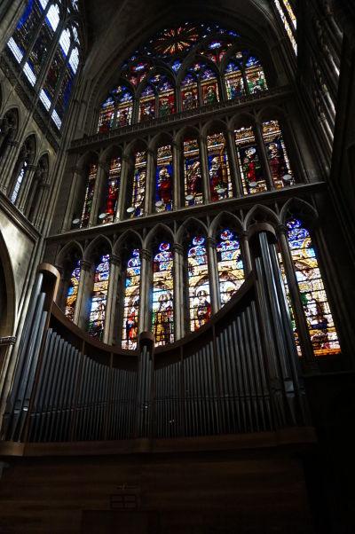 Farebné vitrážové okno a organ Katedrály sv. Štefana v Metz (Cathédrale Saint Étienne de Metz)