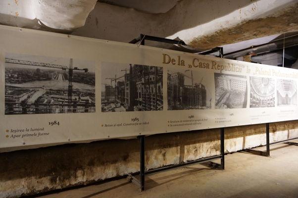 Rumunský parlament (Dom ľudu) v Bukurešti - časť podzemného bunkru je prístupná verejnosti a ukazuje fotodokumentáciu zo stavby tohto monumentu