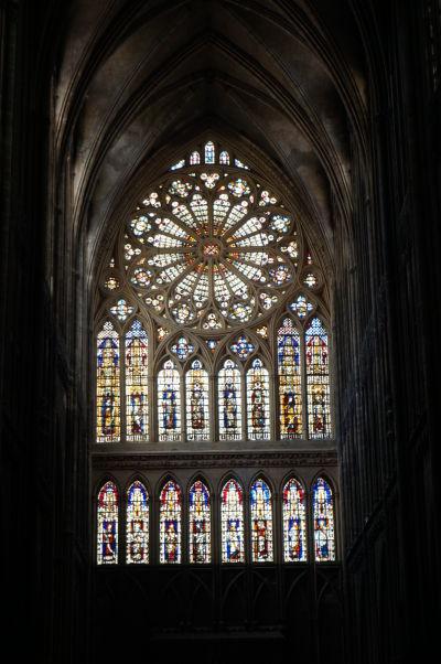 Farebné vitrážové okno s rozetou Katedrály sv. Štefana v Metz (Cathédrale Saint Étienne de Metz)