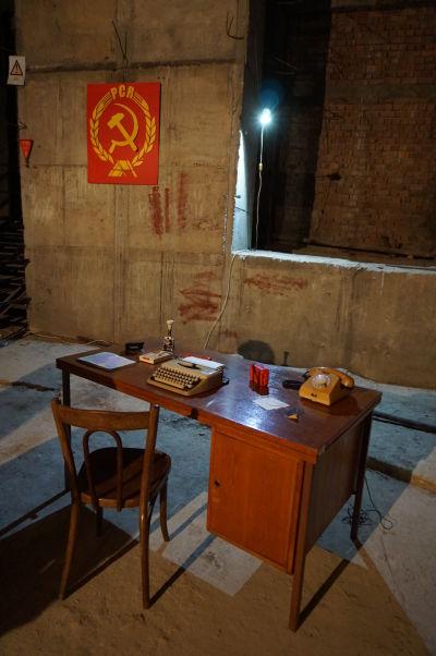 Rumunský parlament (Dom ľudu) v Bukurešti - časť podzemného bunkru je prístupná verejnosti a je zariadená dobovými predmetmi