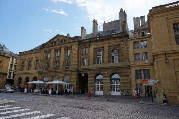 Bývalý parlament (l'Hôtel du Parlement), dnes galéria a obchodné centrum, na námestí Place d'Armes v Metz