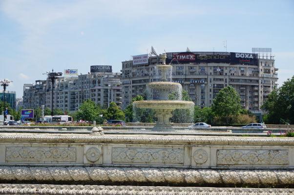 Jedna z honosných fontán na Bulvári Únie, tiahnucom sa pred Rumunským parlamentom v Bukurešti