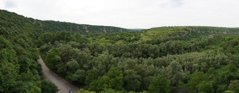 Výhľad z balkóna Kostola sv. Bohorodičky na príjazdovú cestu