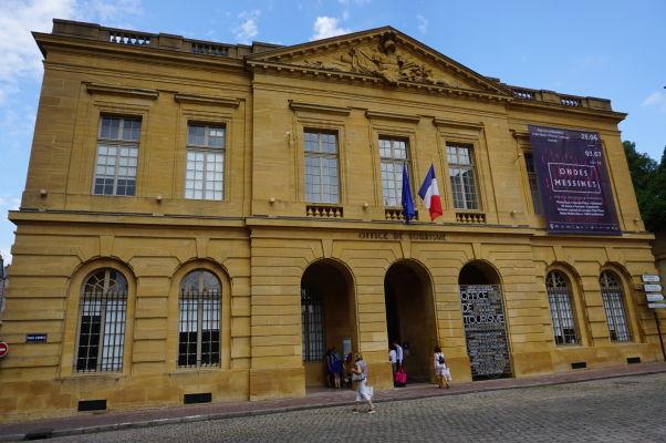 Bývalá strážnica (Le Corps de Garde), dnes turistické informačné centrum, na námestí Place d'Armes v Metz