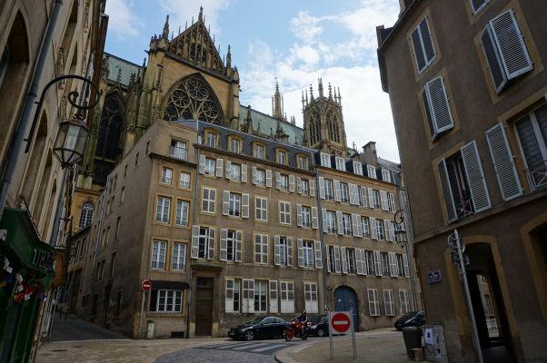 Katedrála sv. Štefana v Metz (Cathédrale Saint Étienne de Metz) sa čnie nad okolité budovy