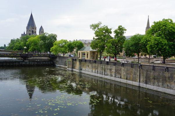 Rieka Moselle v Metz a vľavo luteránsky Nový chrám (Temple Neuf)
