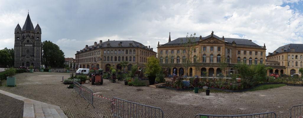 Námestie Place de la Comédie v Metz a vľavo luteránsky Nový chrám (Temple Neuf)