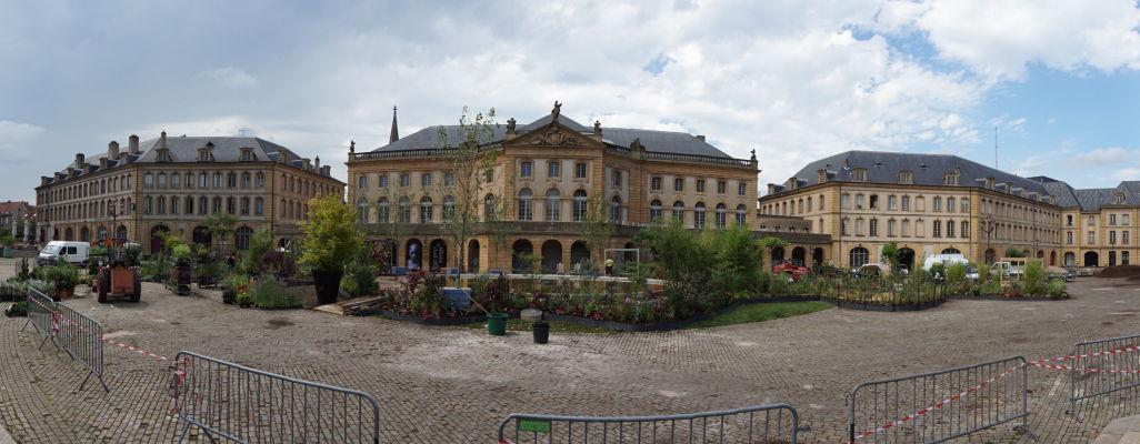 Metropolitná opera v Metz (Opéra-Théâtre de Metz Métropole) - najstarší operný dom vo Francúzsku a námestie Place de la Comédie, vpravo budova prefektúry