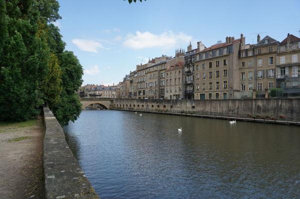 Pobrežné domčeky a promenáda popri riečke Moselle v Metz