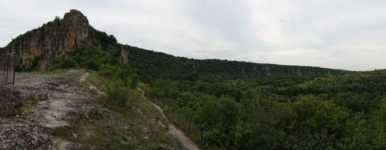 Skaliská a chodník v kopcoch v okolí riečky Rusenski Lom