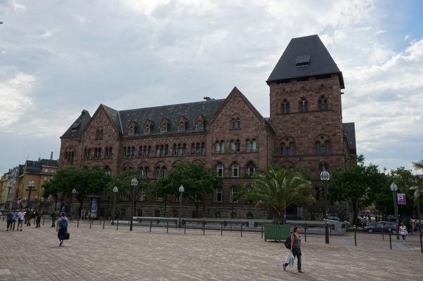 Budova hlavnej pošty v Metz z červeného pieskovca z imperiálnej éry