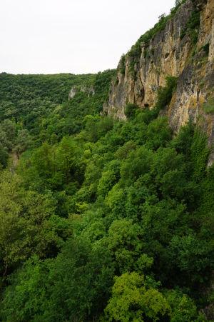 Mäkké skaliská okolí riečky Rusenski Lom, do ktorých po stáročia mnísi vytesávali svätyne