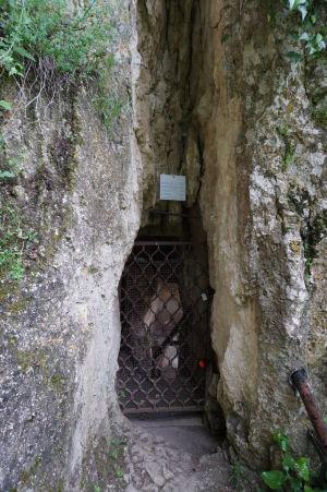Vstup do Chrámu sv. Bohorodičky vytesaného v skale neďaleko Ivanova