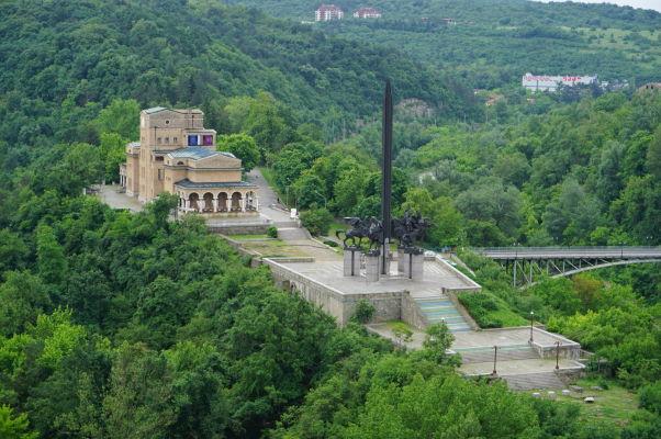 Sveta Gora - mestský park a poloostrov obklopený riekou Jantra, uprostred neho Pamätník Ivana Asena a za ním Štátna umelecká galéria