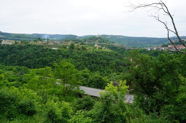 Pohľad na kopec a zvyšky pevnosti Trapezica v bulharskom meste Veliko Tarnovo, v pozadí kopec Carevec s Patriarchálnou katedrálou Božieho nanebovstúpenia