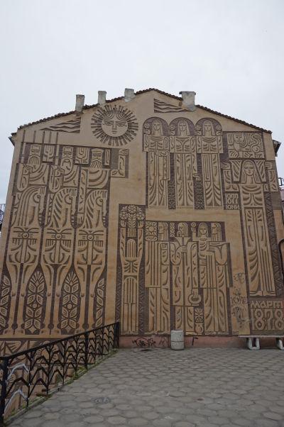 Maľby na budovách vo Velikom Tarnove vychádzajú z bulharského folklóru a histórie