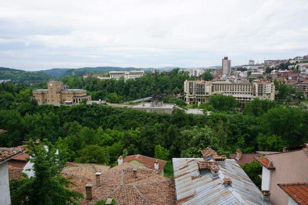 Sveta Gora - mestský park a poloostrov obklopený riekou Jantra, uprostred neho Pamätník Ivana Asena a za ním Štátna umelecká galéria, vpravo obludný betónový Interhotel