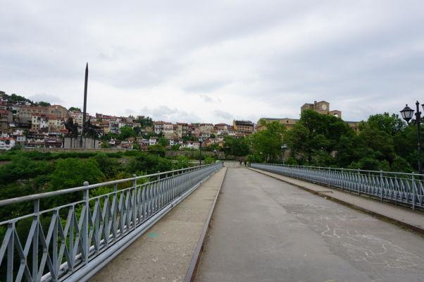 Sveta Gora - mestský park a poloostrov obklopený riekou Jantra, vľavo Pamätník Ivana Asena a vpravo Štátna umelecká galéria